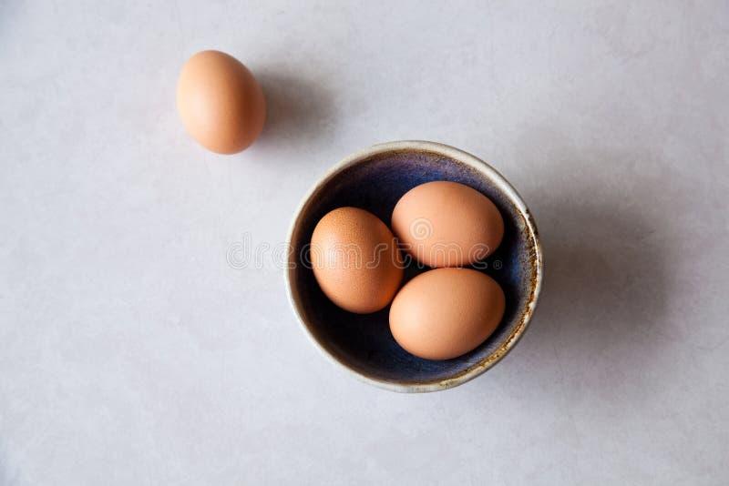 Piccola ciotola di uova fresche immagine stock