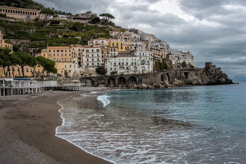 Piccola città italiana del sud con un'ampia spiaggia fotografie stock libere da diritti