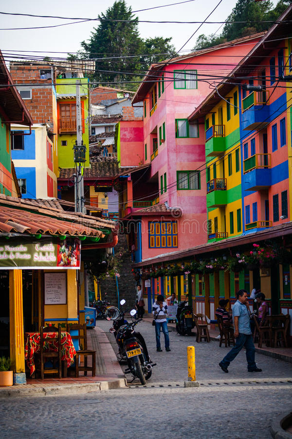 Piccola città pittoresca, tradizionale e variopinta Guatape, Colom fotografia stock