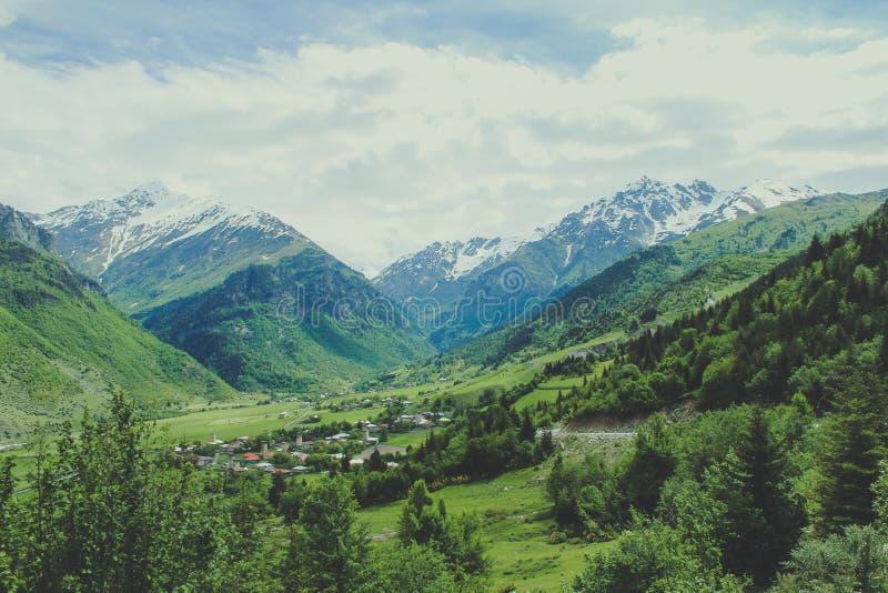 Piccola citt? tradizionale nelle montagne di Georgia nel Caucaso e neve nei capi fotografie stock