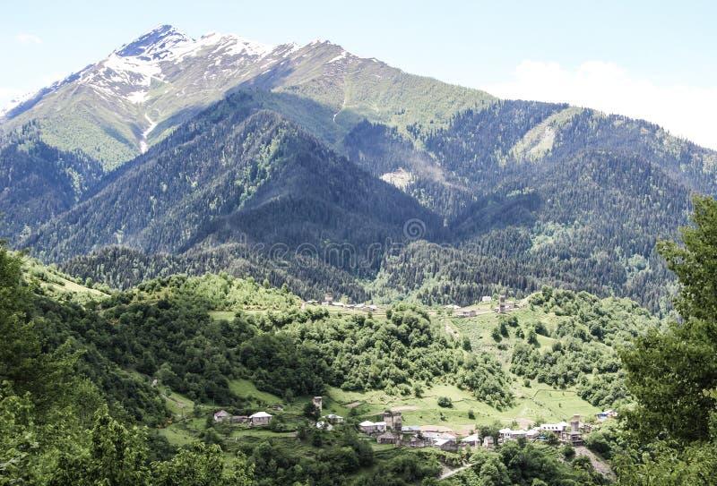 Piccola citt? tradizionale nelle montagne di Georgia nel Caucaso e neve nei capi fotografia stock