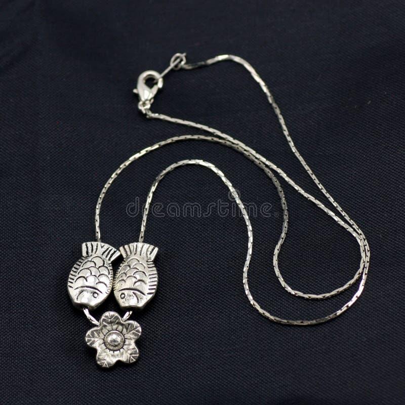 Piccola collana d'argento pesce-a forma di fotografie stock libere da diritti
