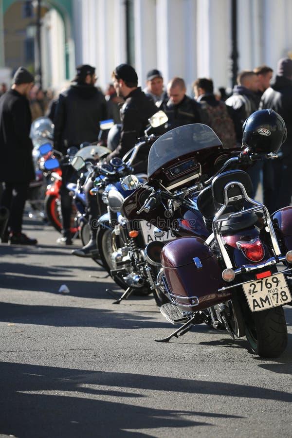 Piccola colonna dei motocicli parcheggiati nel giorno soleggiato fotografia stock libera da diritti