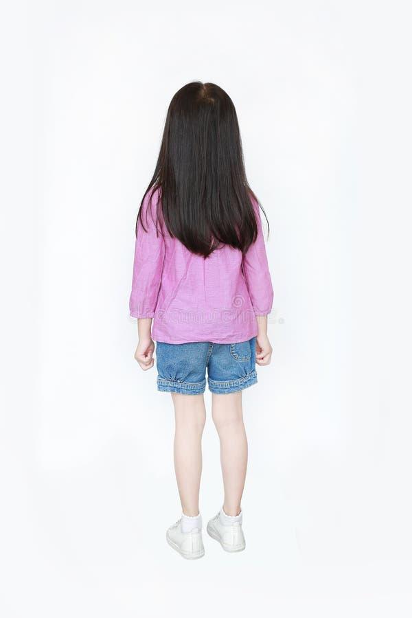 Piccola condizione asiatica della ragazza del bambino di retrovisione con i capelli lunghi isolati sopra fondo bianco fotografie stock libere da diritti
