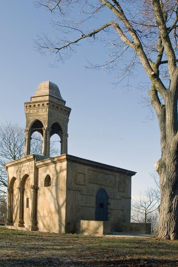 Piccola costruzione con la breve torre fotografie stock
