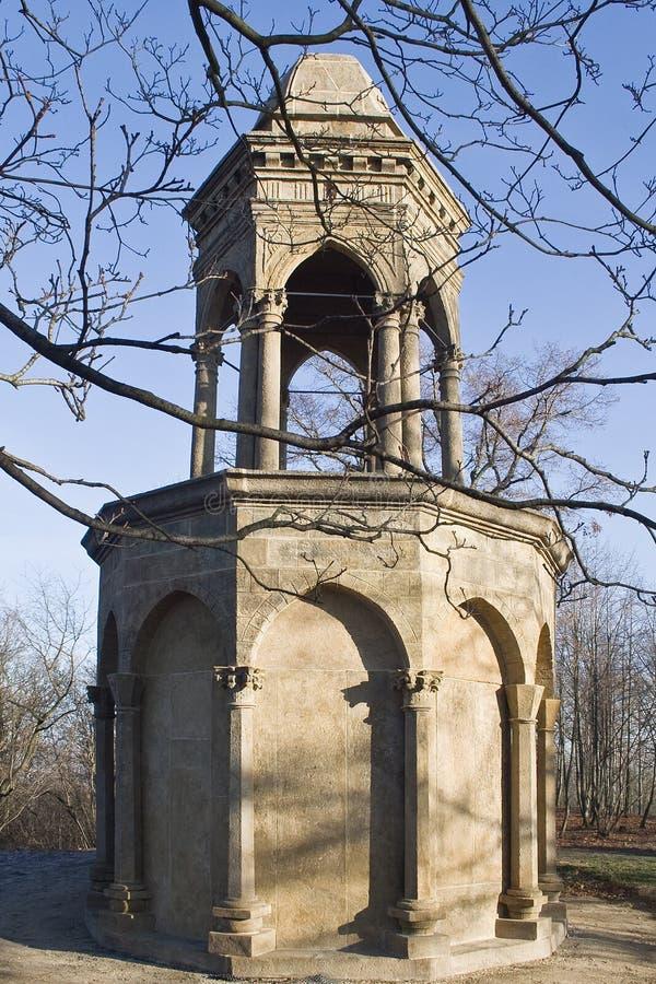 Piccola costruzione del cemento con la torre fotografia stock libera da diritti