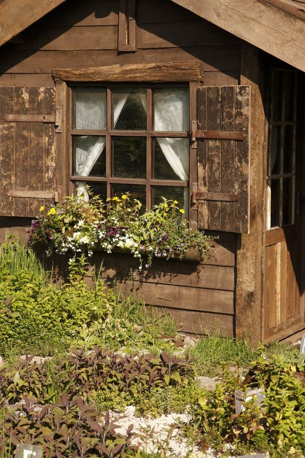 Piccola costruzione di legno del giardino immagini stock libere da diritti