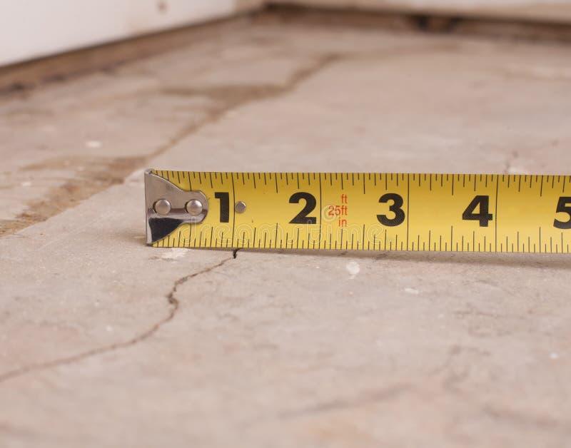 Piccola crepa in cemento immagini stock