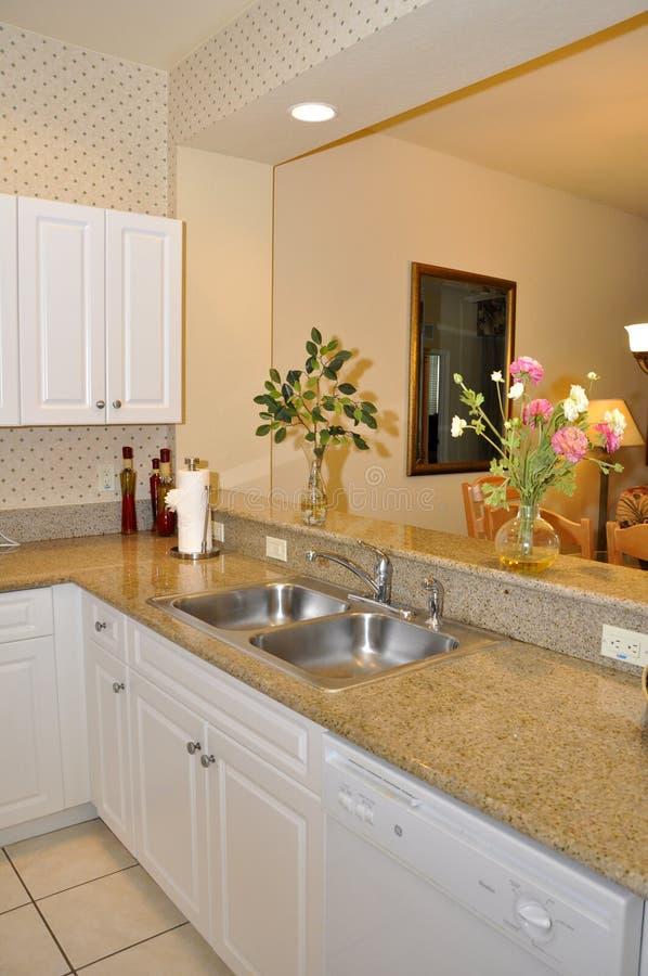 Piccola cucina moderna immagine stock immagine di - Cucina moderna piccola ...
