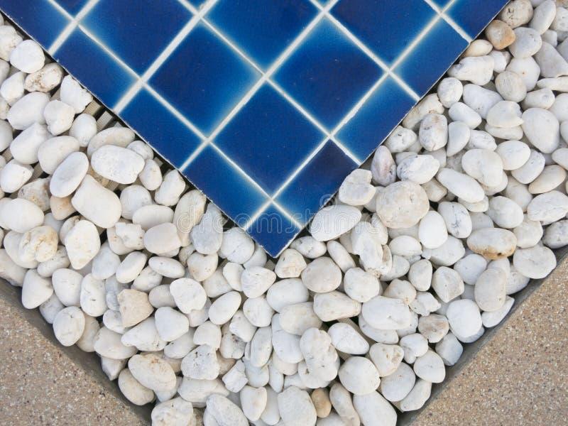 Piccola decorazione di pietra sull'orlo della piscina fotografia stock libera da diritti