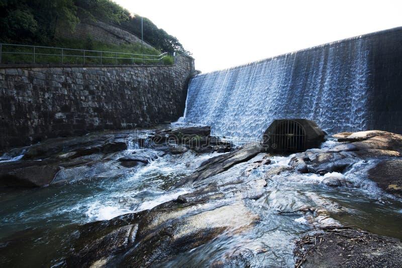 Piccola diga e fiume esterni fotografia stock libera da diritti