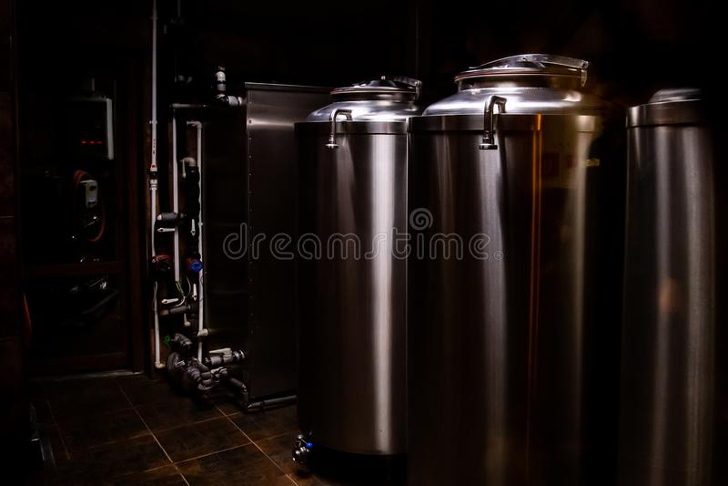 Piccola fabbrica di birra privata Tini industriali di fermentazione di acciaio inossidabile immagini stock