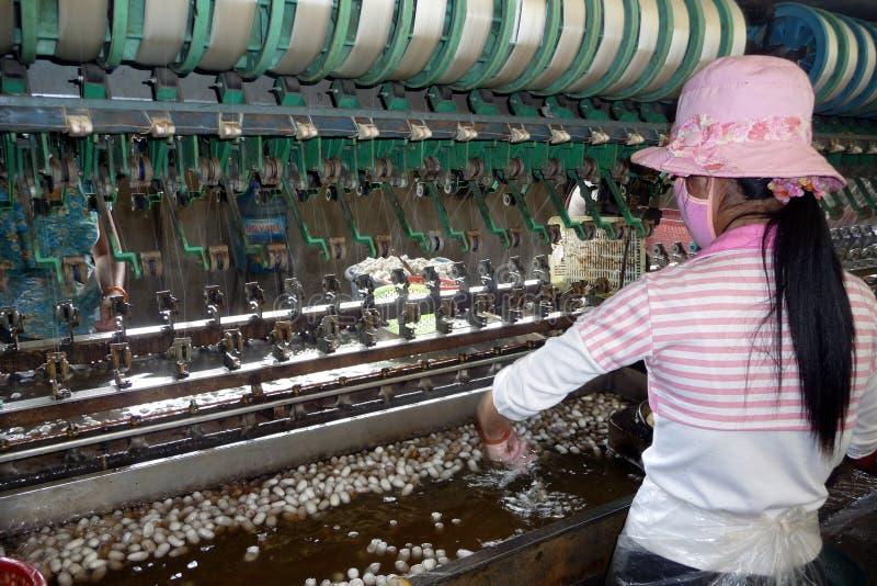 Piccola fabbrica di seta nel Vietnam immagini stock libere da diritti