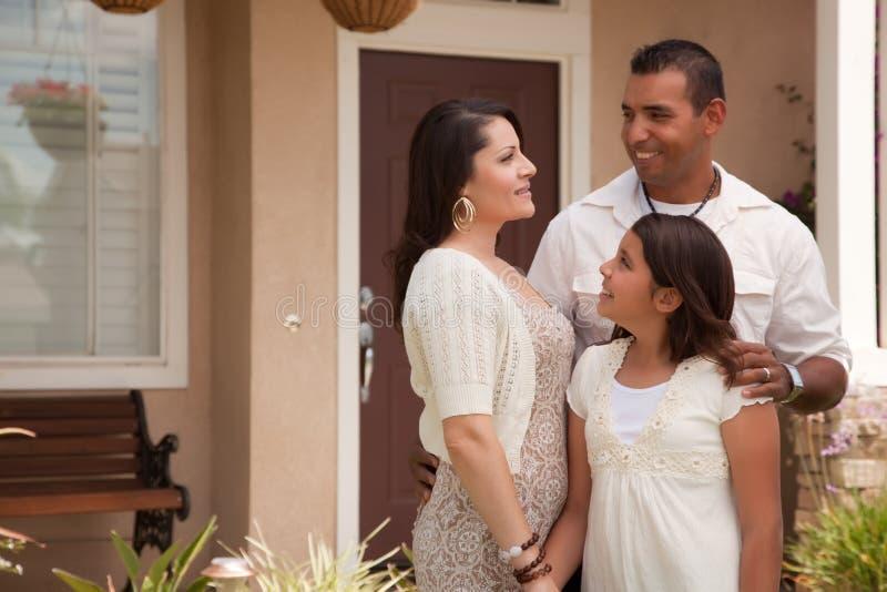 Piccola famiglia ispanica davanti alla loro casa fotografie stock libere da diritti