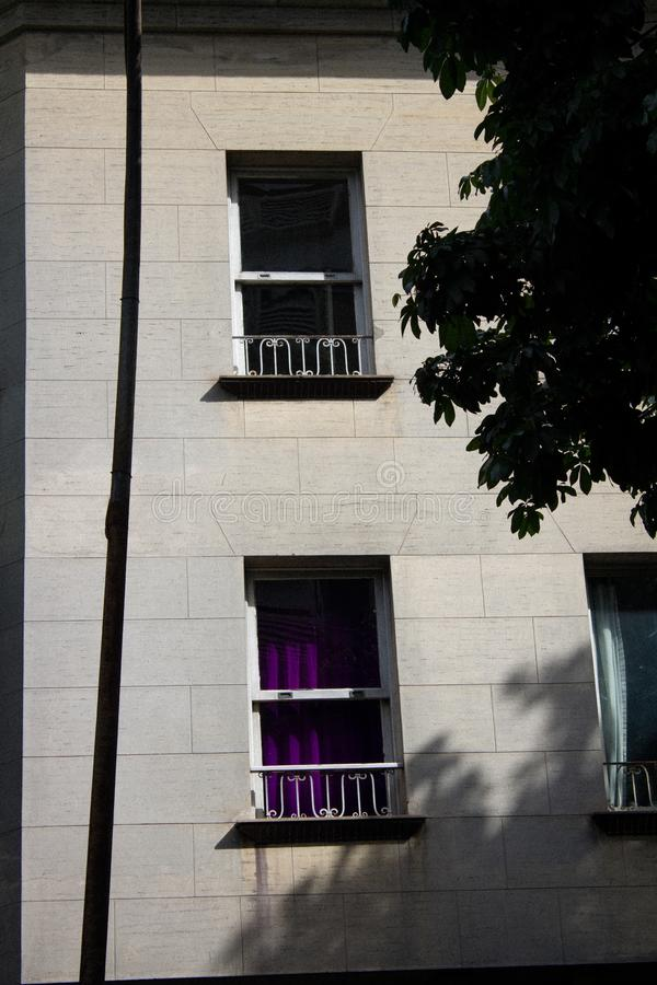 Piccola finestra nella vecchia costruzione di architettura fotografia stock
