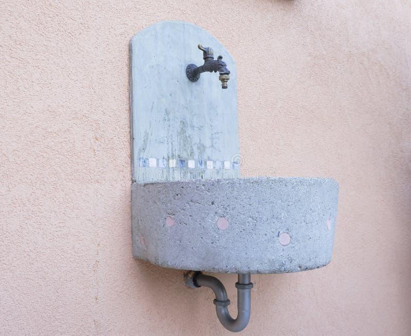 Piccola fontana concreta immagine stock