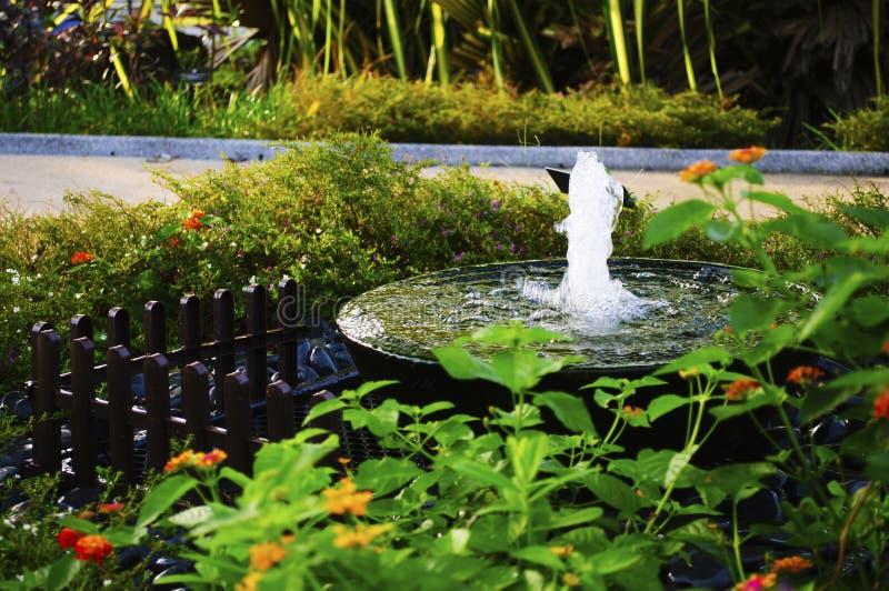 Piccola fontana in giardino terapeutico fotografia stock libera da diritti