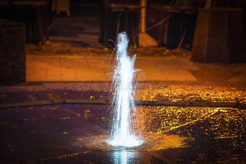 Piccola fontana nel riflettore immagine stock libera da diritti