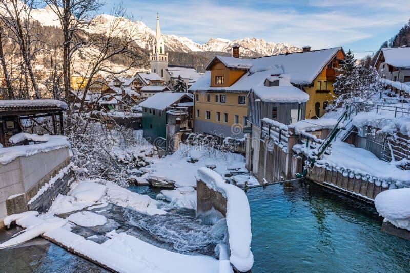 Piccola idro centrale elettrica elettrica a Schladming Paesaggio di inverno e montagne innevate fotografie stock