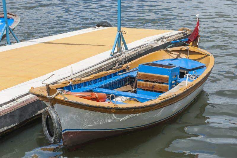 Piccola imbarcazione a motore di legno attraccata su fotografia stock