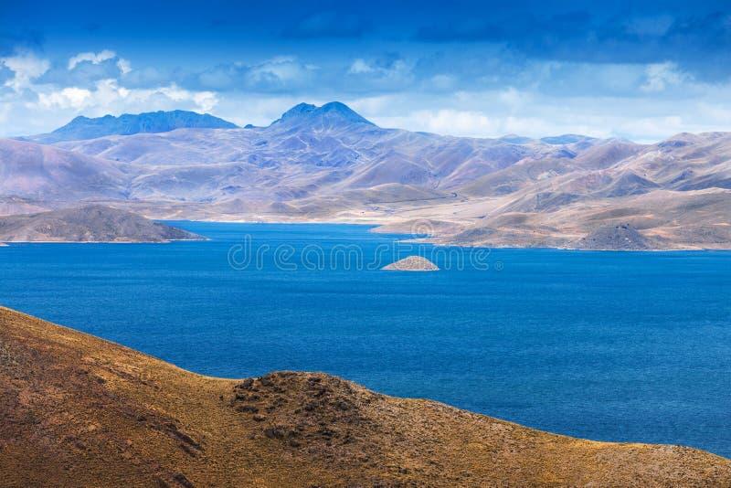 Piccola isola nel lago mountain immagine stock