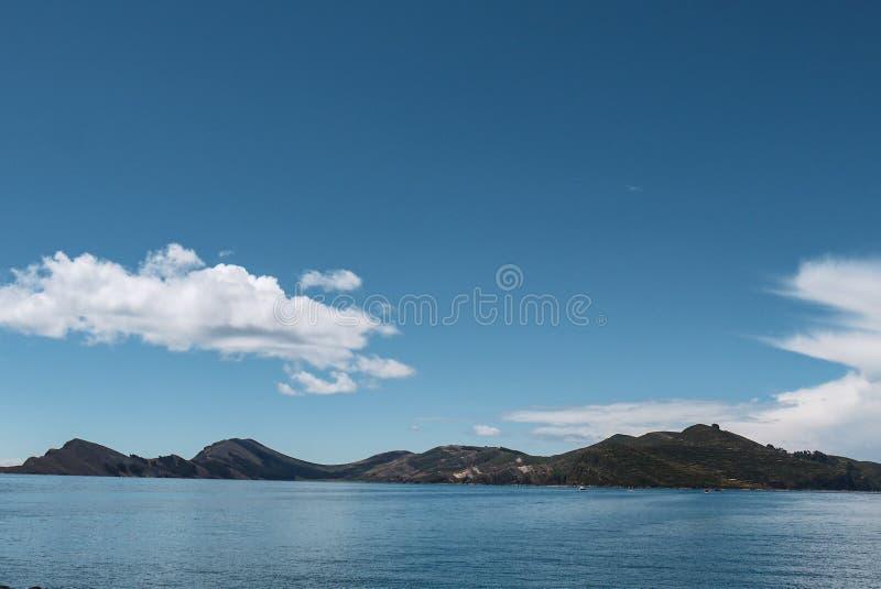 Piccola isola sul Titicaca in Bolivia fotografia stock