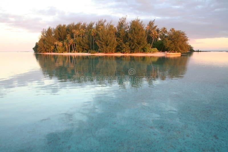 Piccola isola tropicale ad alba fotografia stock libera da diritti