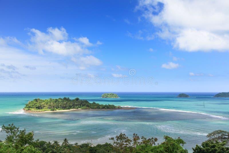 Piccola isola tropicale nell'oceano. Koh Chang, Tailandia fotografie stock libere da diritti