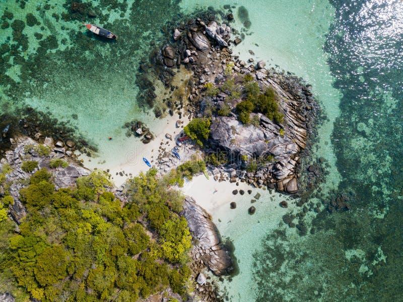 Piccola isola vicino al mare delle Andamane della spiaggia di Koh Lipe visto dal fuco fotografia stock