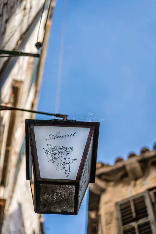 Piccola lampada con il simbolo di romanzesco fotografie stock