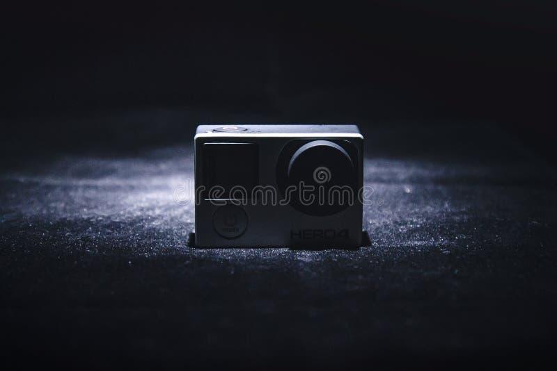 Piccola macchina fotografica su tessuto nero
