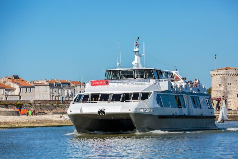 Piccola nave da crociera nominata L'esperance che viaggia sul mare fotografia stock libera da diritti