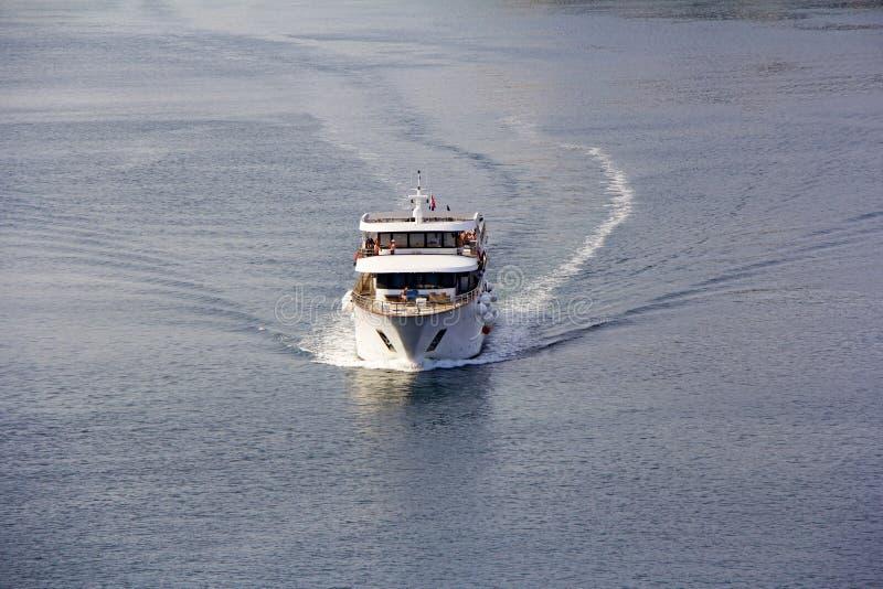 Piccola navigazione della nave da crociera attraverso il mare adriatico immagine stock libera da diritti