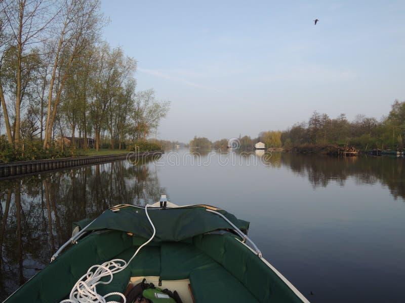 Piccola navigazione sporca tramite i canali olandesi sulla mattina di estate fotografia stock