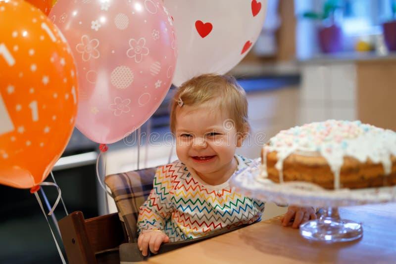 Piccola neonata adorabile che celebra primo compleanno Bambino che mangia la decorazione dei marshmellows sul dolce casalingo, de fotografie stock