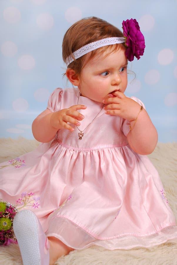Piccola neonata adorabile con il fiore immagine stock libera da diritti