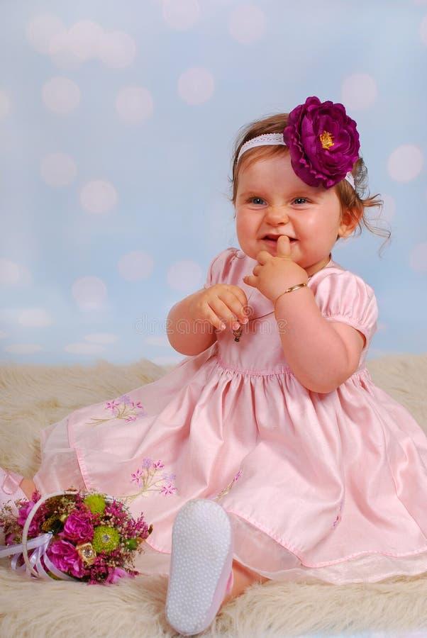 Piccola neonata adorabile con il fiore immagine stock
