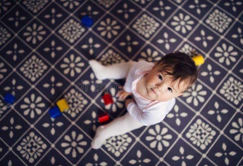 Piccola neonata che gioca con i giocattoli immagini stock