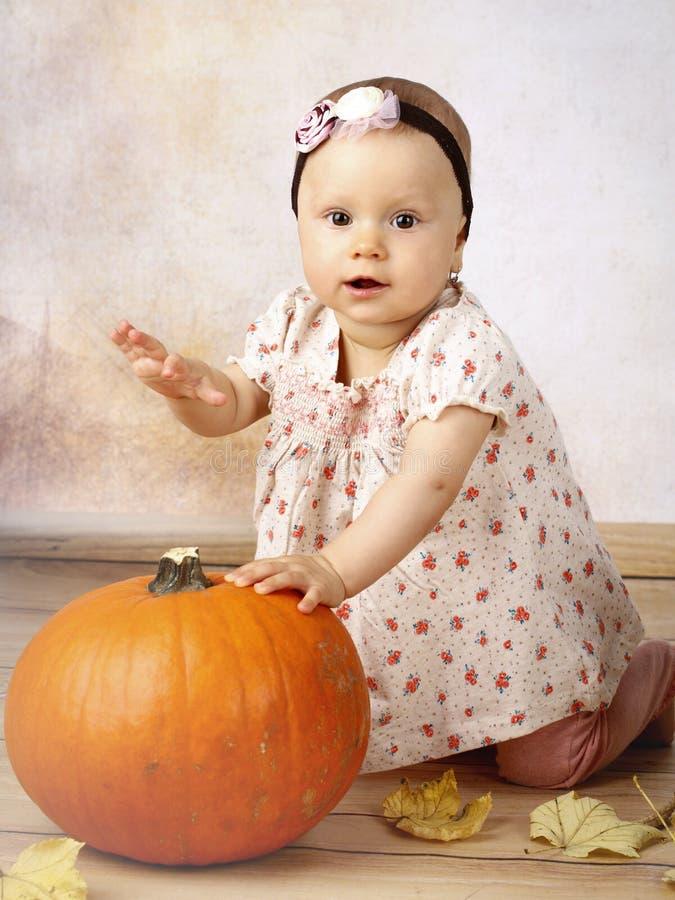 Piccola neonata con la zucca immagine stock libera da diritti