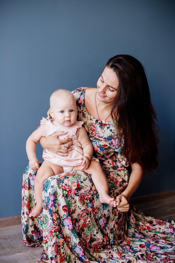 piccola neonata e la sua mamma immagine stock