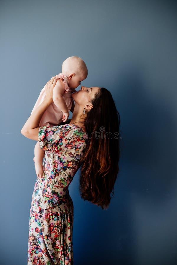 piccola neonata e la sua mamma immagini stock libere da diritti