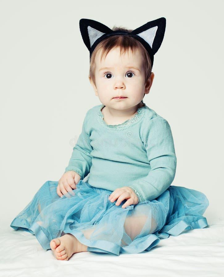 Piccola neonata in gonna blu su fondo bianco fotografia stock