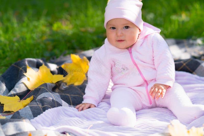 Piccola neonata inquisitrice che fissa alla macchina fotografica fotografia stock