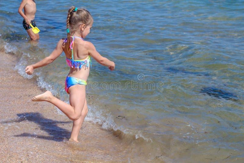 Piccola neonata sulla spiaggia fotografia stock