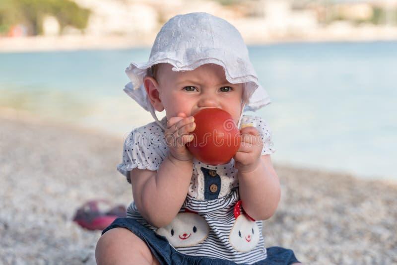 Piccola neonata sveglia sulla spiaggia immagine stock libera da diritti