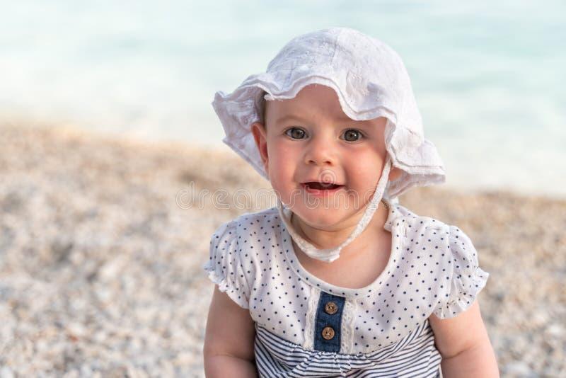 Piccola neonata sveglia sulla spiaggia fotografie stock libere da diritti