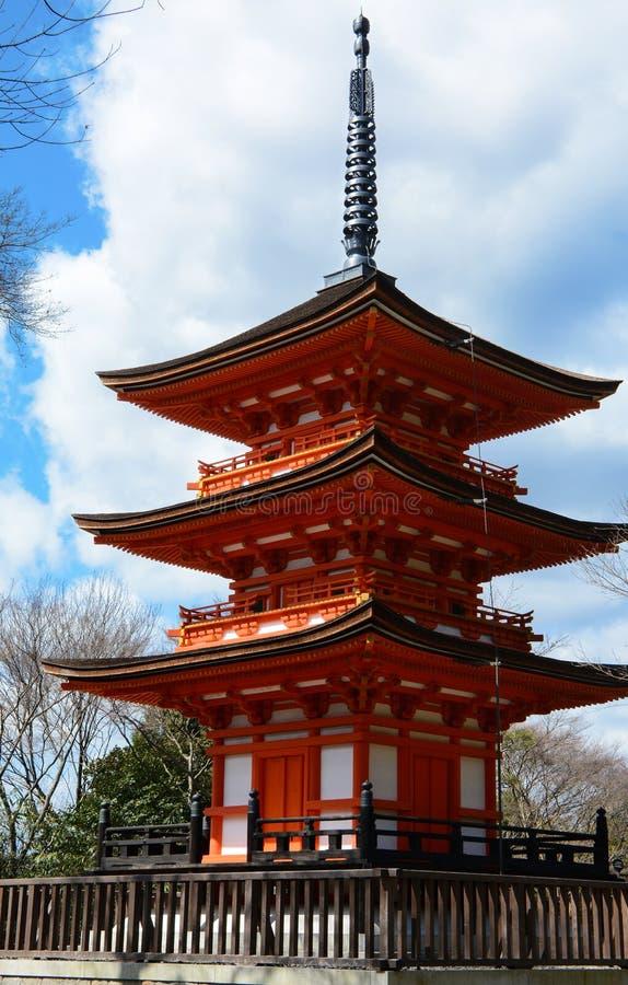 Piccola pagoda a tre livelli nello stile buddista tradizionale al sito storico di Kiyomizu-dera a Kyoto immagine stock libera da diritti