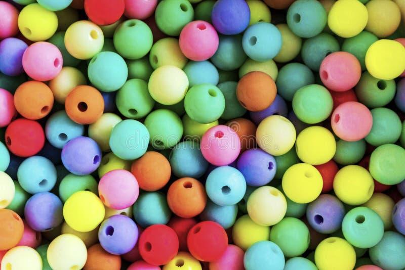 Piccola palla variopinta luminosa o molte palle di plastica variopinte sottragga la priorit? bassa Fondo piacevole dolce fotografie stock libere da diritti