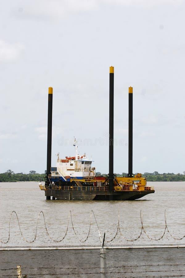 Piccola piattaforma petrolifera al largo immagini stock