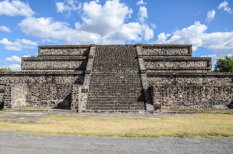 Piccola piramide in Teotihuacan, Messico fotografia stock